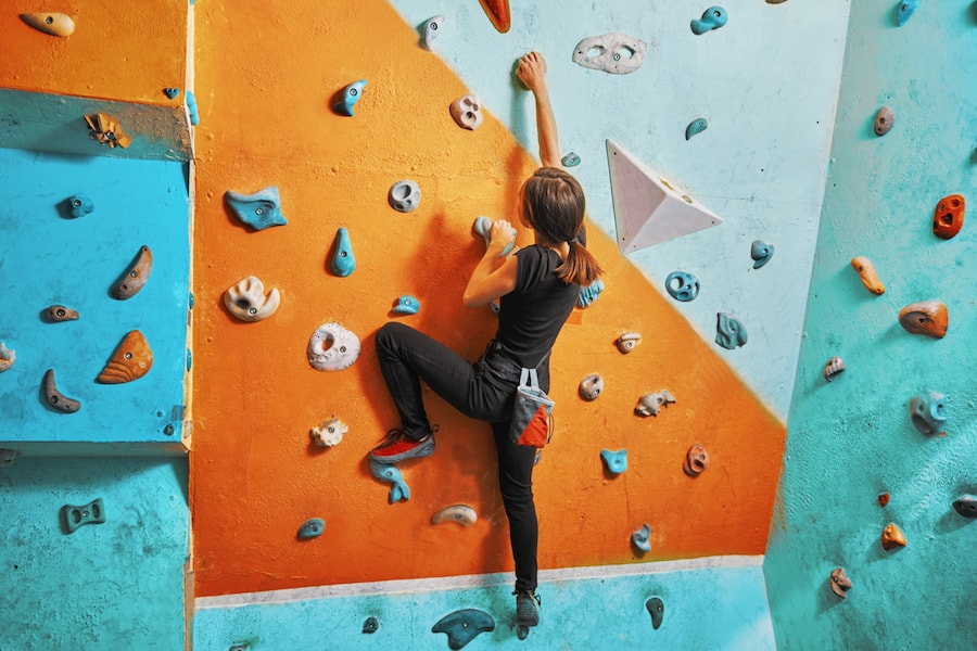 Woman extreme sport indoor bouldering | DNAfit Blog