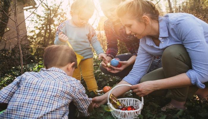 Mom egg hunting with kids | DNAfit Blog